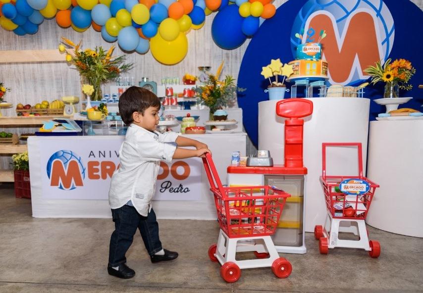 b87aca6f7 25/06/19 - Paixão por supermercado é tema de aniversário de criança ...